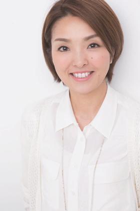 メイクアップアーティスト・レイナ 1978年生まれ。早稲田大学在学中にメイクアップスクールに通い、化粧品会社に勤務後、独立。一般女性からプロのモデルまで、